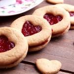 Песочное печенье с вишневой глазурью