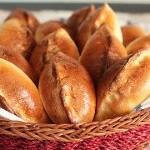 Пирожки с капустой и горохом, салат из тыквы, яблока и клюквы